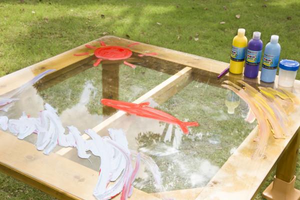 Outdoor Kindertisch mit transparenter Tischplatte
