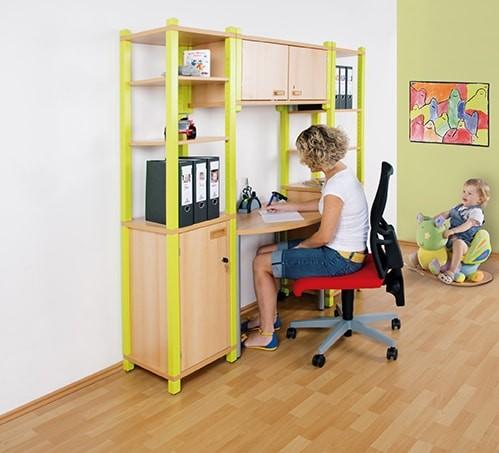 ErzieherInnen-Arbeitsplatz mit farbigen Massivholzstollen