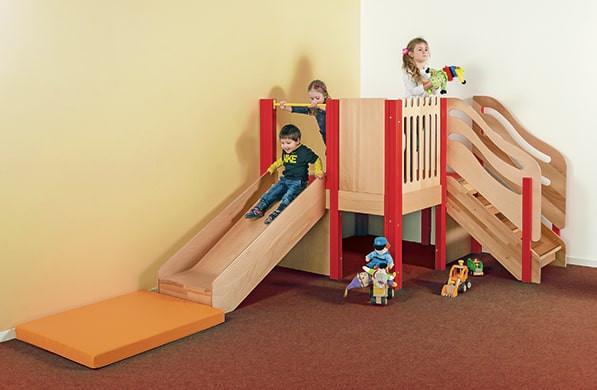 Kleine Spielburg mit Treppe und Rutsche
