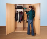 Breiter Garderobenschrank mit zwei Kleiderstangen