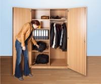 Breiter Garderobenschrank mit einer Kleiderstange