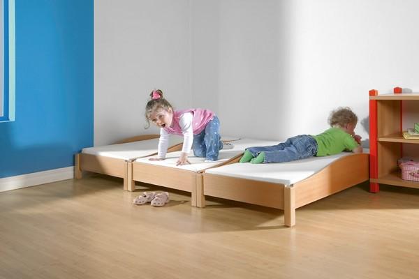 Stapelbares Kinderbett mit Matratze