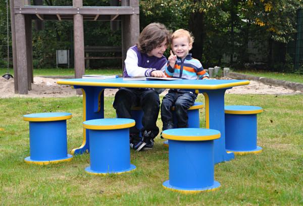 """Kindersitzgruppe """"Die sieben Zwerge"""" mit Tisch und runden Sitzpollern"""