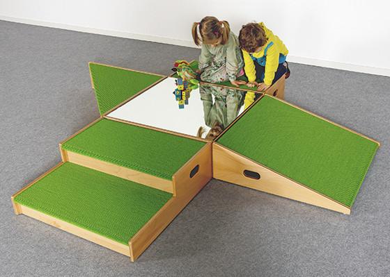 Spielpodestlandschaft mit Tretford-Teppich