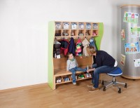 Komplett-Garderobe mit Kunststoffboxen mit Rückwand